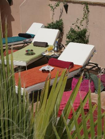 Riad Dar Ellima : La terrasse et son coin transats - Sunbathing on the terrace