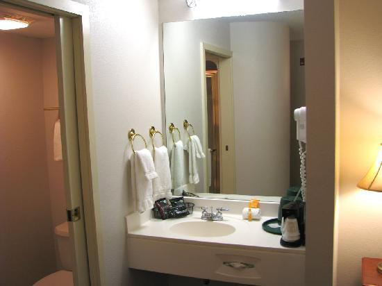 La Quinta Minneapolis Northwest: Vanity area with bathroom to side
