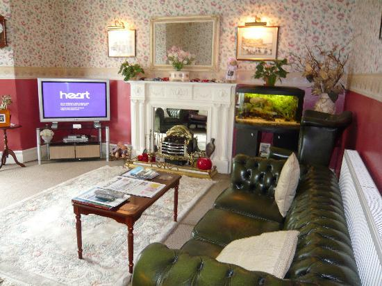 Hawarden Villa: relaxing lounge - freeview & computer