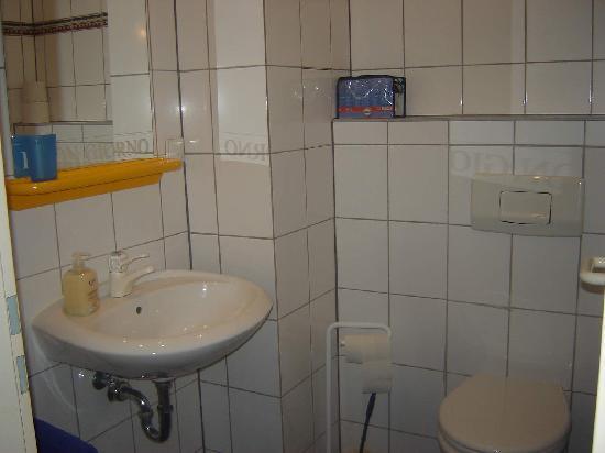 City Lounge Hotel: Toilet