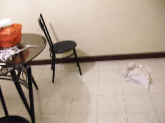A'Famosa Resort Hotel Melaka: Towels and bedsheets thrown on the floor