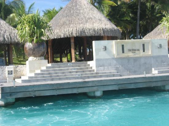 The St. Regis Bora Bora Resort: la entrada al hotel