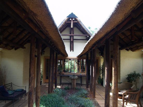 African Silhouette Guesthouse: Courtyard in the lodge.
