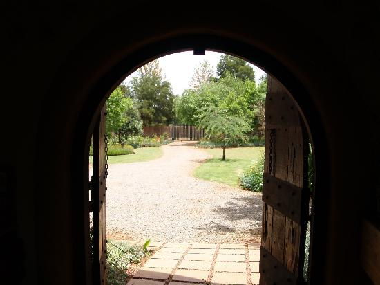 African Silhouette Guesthouse: A view from the reception out to the garden entrance.