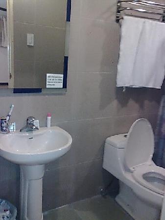 La Guardia Hotel: bathroom