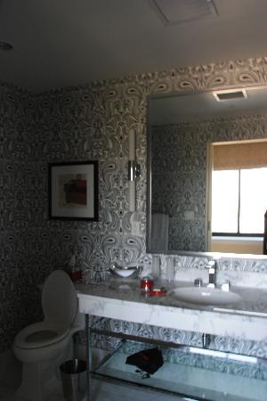 I loved this bathroom:)
