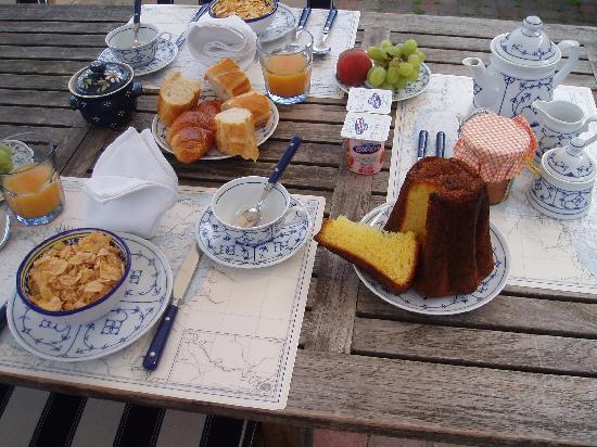 Petit déjeuner à la Maison Bleue en Baie