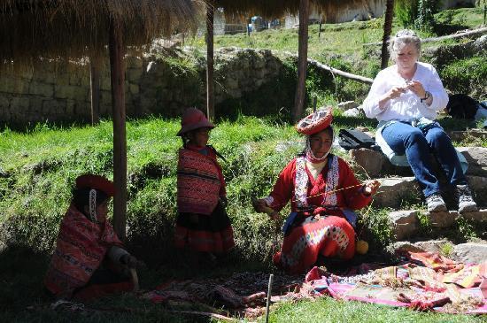 Ollantaytambo, بيرو: Quechua woman with children