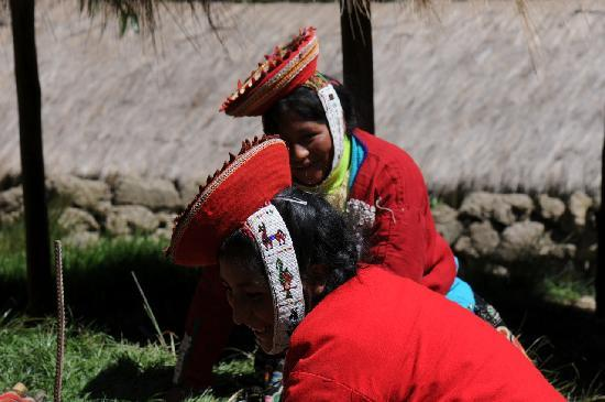 Ollantaytambo, เปรู: Weavers laughing at my brother.