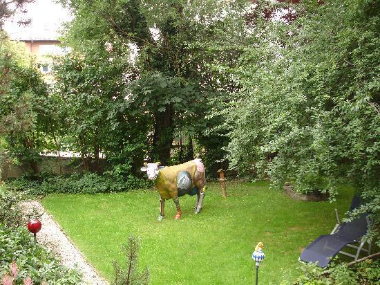Gastehaus Alpenkranz: Der Garten mit der Kuh Liselotte