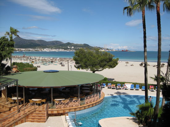 Paraiso de Alcudia: Pool and beach view from the apartment