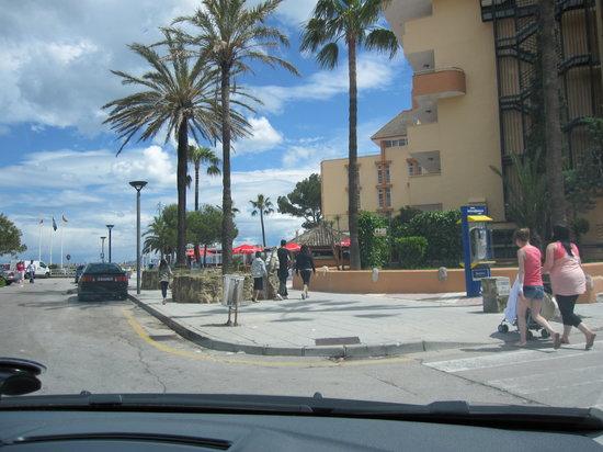 Paraiso de Alcudia: Hotel street, parking area, beach entrance