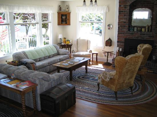 Rose River Inn: Living room/common area