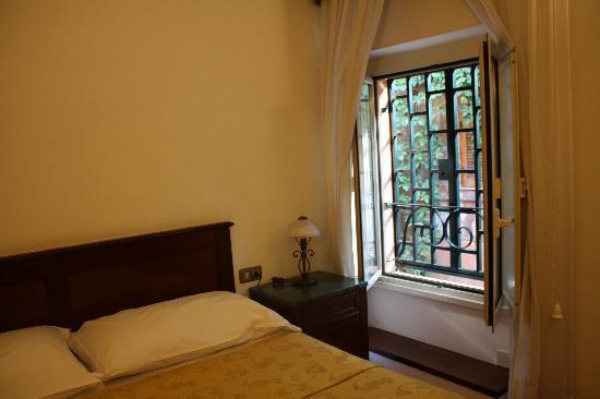 Villa della Fonte Guest House: Sehr romantisches Zimmer - die Gitter vor den Fenstern lassen sich öffnen