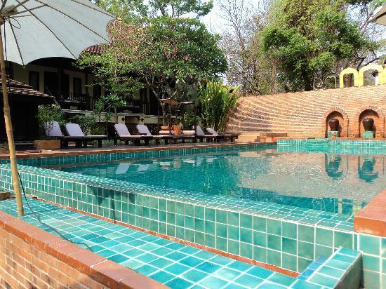 B2 Ayatana Premier Hotel & Resort: Pool area