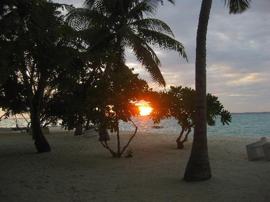 Alimathaa Island: Tramonto davanti al bungalow