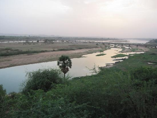 Grand Hotel du Niger: Evening view over the Niger river from the hotel patio