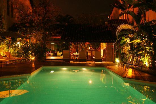 Pousada do Ouro: swimming pool by night