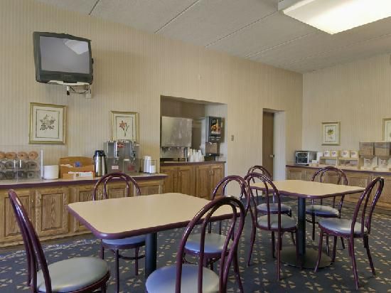 Howard Johnson Inn Harrisburg: Breakfast Room with Hot Waffles