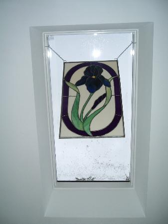 The Garden Inn: Stained glass picture in the Iris Room