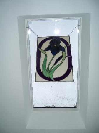 جاردين إن آت ذا بي روك: Stained glass picture in the Iris Room
