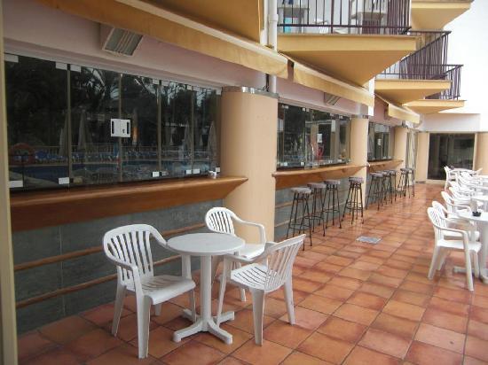 FERGUS Bermudas : poolside bar