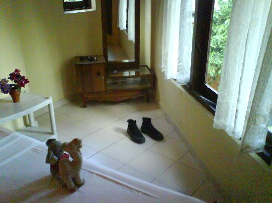 Unawatuna Beach Bungalow Hotel: A view of the room - very basic but decent