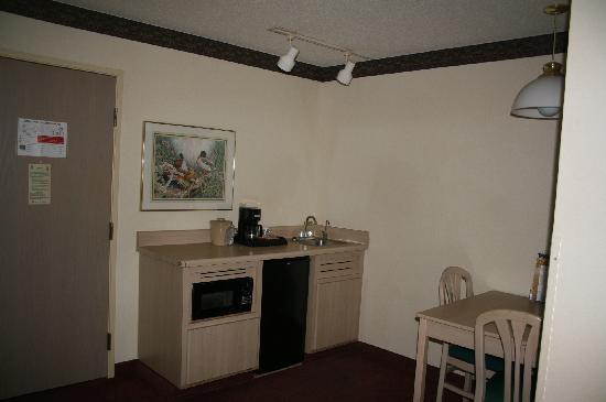 Quality Suites: Kitchen area
