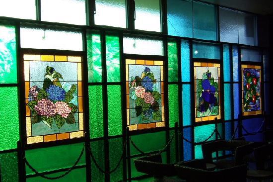 Nagasaki Nisshokan : 窓一杯にステンドグラスが夕日に光って綺麗