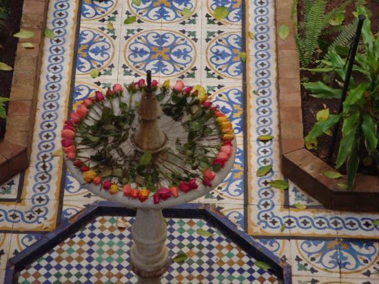 Riad Al Nour: les roses autour de la fontaine