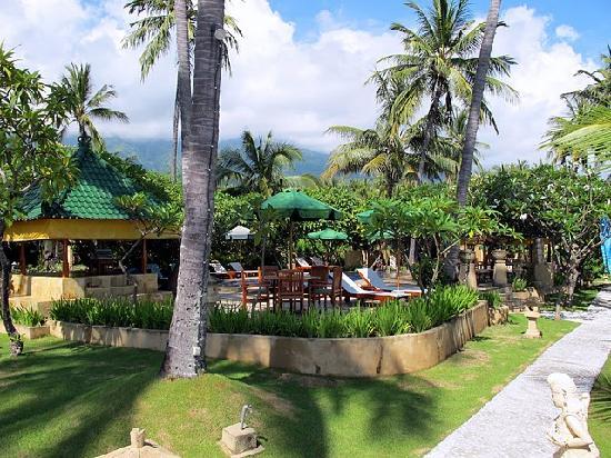 Poinciana Oceanside Resort & Retreat Centre: Pool & restaurant amid gardens