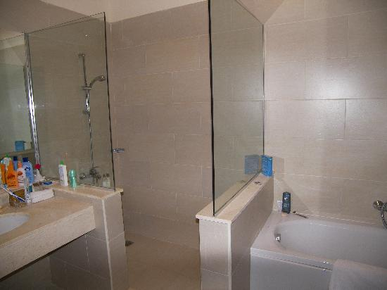 Jaz Crystal Resort: Bathroom and  Big Shower
