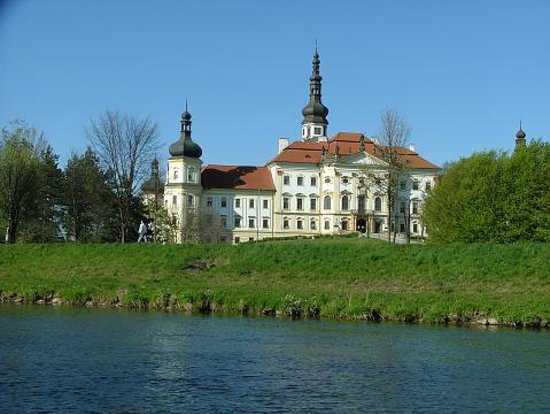 Olomouc, Tjeckien: Hradisko monastery on the banks of the mighty Morava river