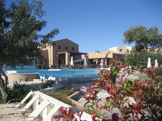 Village Heights Golf Resort: Restaurant Pool - sun terrace, bar area