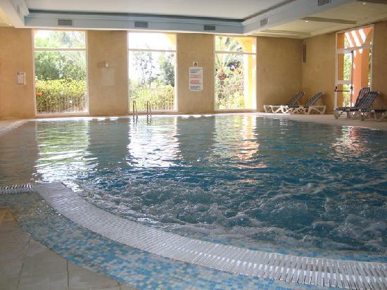 Le jacuzzi piscine interieure picture of hotel vendome for Les piscines