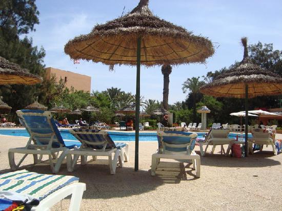 Transats matelas parasols picture of hotel vendome el ksar resort a - Matelas 160x200 ressort ...