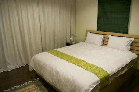 Tea Garden Resort Bandung: The main bedroom. It's quite nice, but it doesnt have as nice as view as the 2nd bedroom. They w