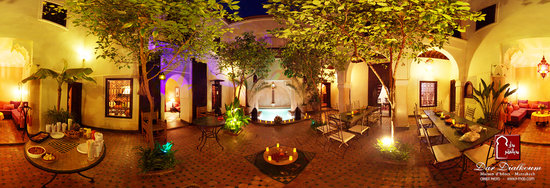 Riad Dar Dialkoum: 1st patio by night