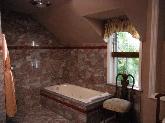 Inn at Montchanin Village: Marble bath with jacuzzi