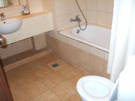 Fourteen Roses Beach Hotel: シャワーカーテンはプラスティックパイプに通して端で抑えているもろいものでした。シャワーを浴びるとしずくが壁を伝わり床がべとべとになります。