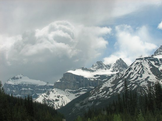 Parco Nazionale di Banff, Canada: Clouds Over the Mountains