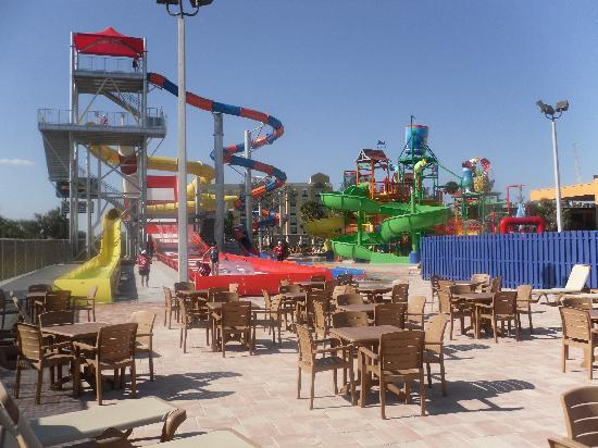 CoCo Key Water Resort : Large slide area, more chair, tables, loungers to right