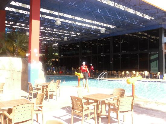 CoCo Key Water Resort : middle pool area, view from other side, arcade is through the windows/glass area.