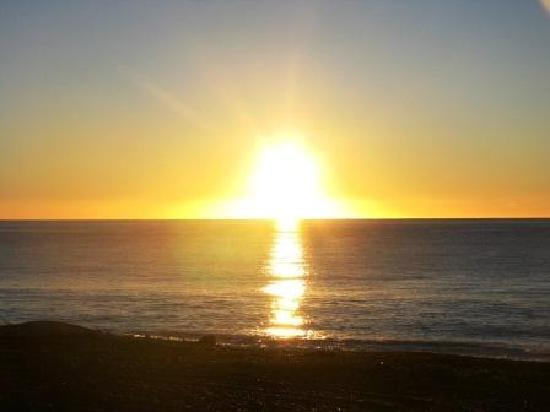 Napier Beach Kiwi Holiday Park and Motels: Don't get out of bed to see the Sunrise, watch it over the top of your toes