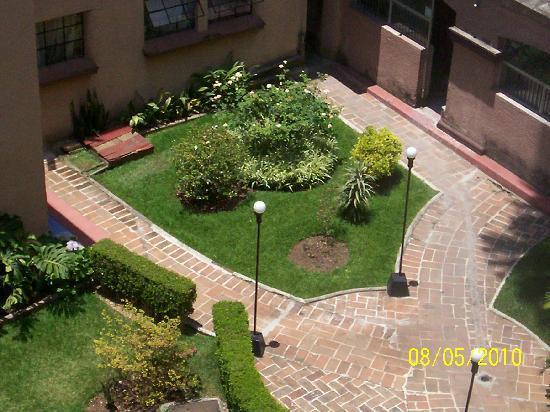 Hotel Salmones: Jardín interior