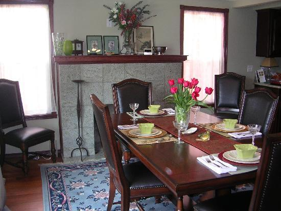 Inn Harmony Guest Homes: Dining Table in Bed and Breakfast!