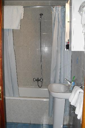Hostal Continental: shower