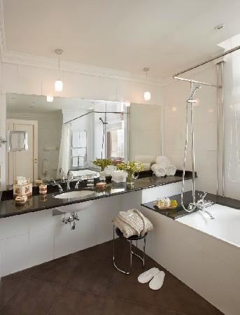 Radisson Royal Hotel Moscow: Deluxe Room Bathroom