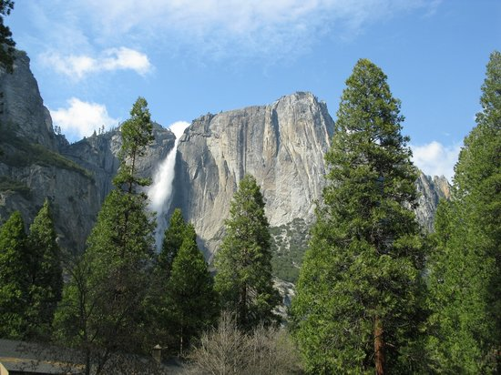Yosemite National Park, Californië: one of the many waterfalls in Yosemite Valley