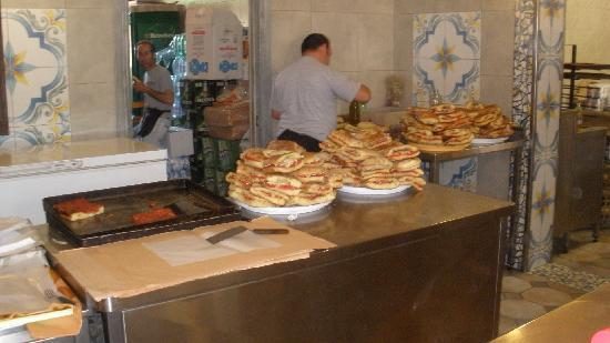 Panificio di Stabile e Anselmo: le montagne di pane, pronte per l'assalto